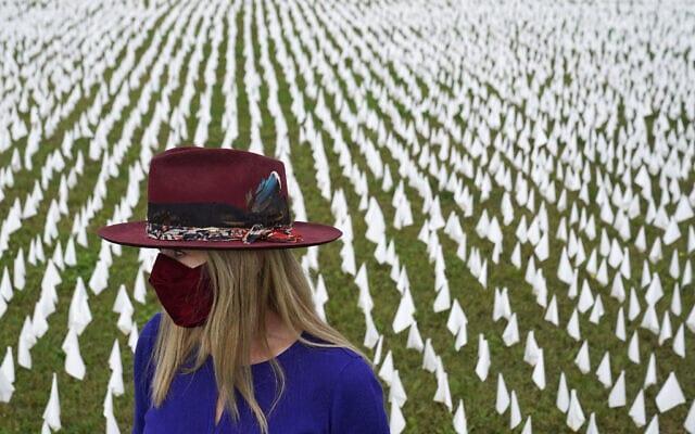 מיצג שהוקם בוושינגטון לזכר המתים במגפת הקורונה, כולל כ-240 אלף דגלים לבנים, 27 באוקטובר 2020 (צילום: AP Photo/Patrick Semansky)