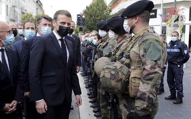 נשיא צרפת מקרון מחוץ לכנסייה בניס שבה אירע פיגוע טרור, 29 באוקטובר 2020 (צילום: Eric Gaillard/Pool via AP)