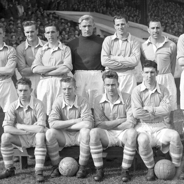 חברי קבוצת הכדורגל של מנצ'סטר סיטי ב-1 באפריל 1955. השוער ברט טראוטמן עומד במרכז בחולצה כהה (צילום: AP Photo)