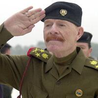 עיזת אבראהים א-דורי בעת כהונתו כסגן נשיא עיראק, 1 בדצמבר 2002 (צילום: AP Photo/Jassim Mohammed, File)