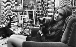 גלוריה סטיינם והחתול/ה שלה בדירתה בניו יורק ב -18 במרץ 1970 (צילום: AP Photo)