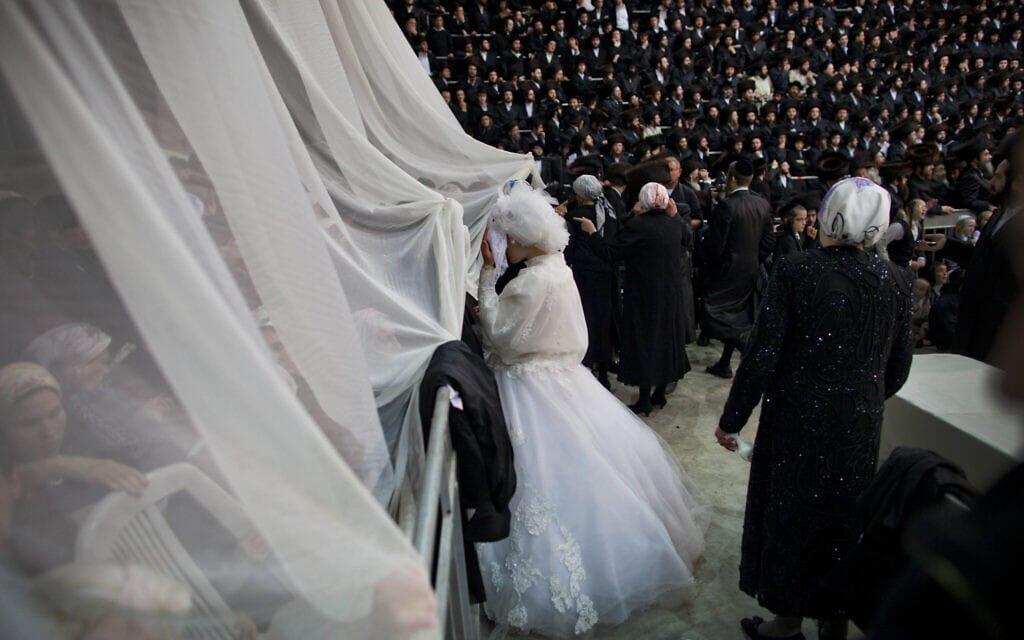 אילוסטרציה, חתונה חרדית בניו יורק ב-2013, למצולמים אין קשר לנאמר (צילום: AP Photo/Oded Balilty)