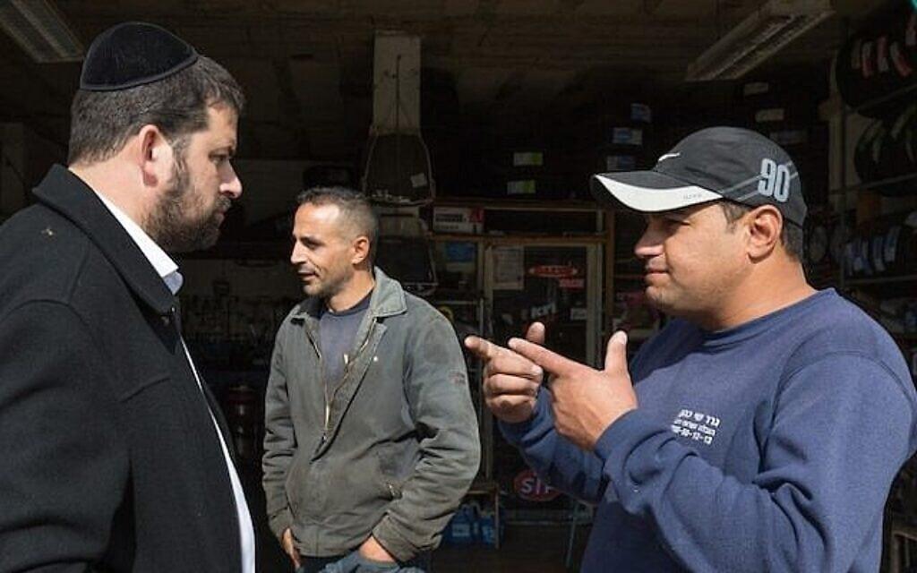 חרדי ופלסטיני משוחחים (צילום: נתי שוחט / FLASH90)