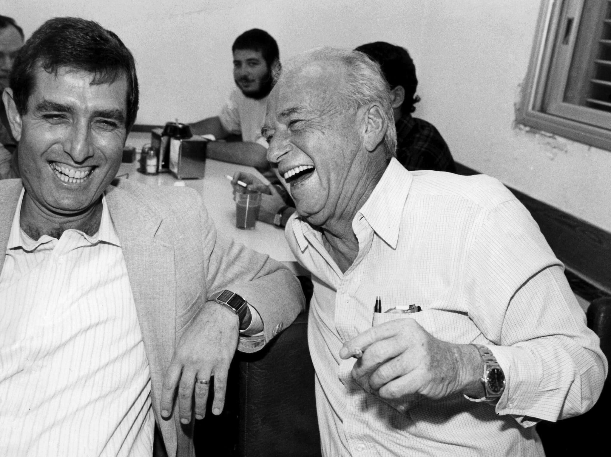 """יצחק רבין וח""""כ מיכה גולדמן בפגישה של מפלגת העבודה, ב-16 בספטמבר 1989 (צילום: משה שי/פלאש90)"""