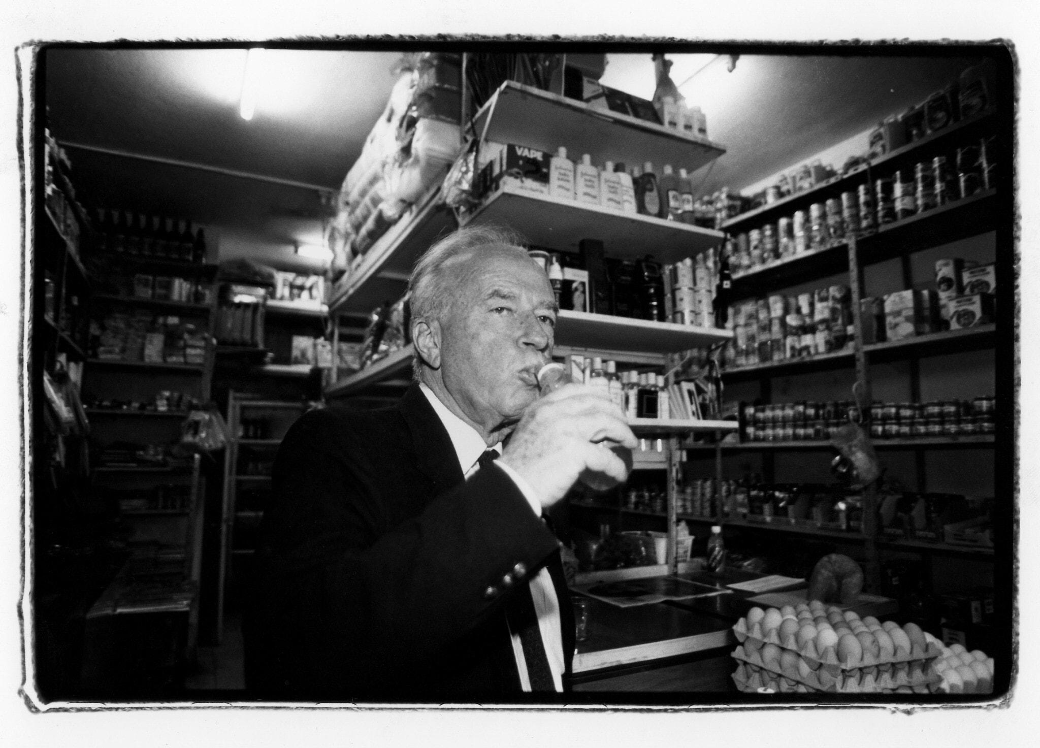 יצחק רבין מבקר בחנות מכולת בתל אביב, 3 בינואר 1992 (צילום: משה שי/פלאש90)