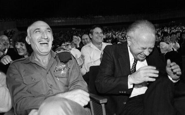 """יצחק רבין והרמטכ""""ל משה לוי ביולי 1986 (צילום: משה שי/פלאש90)"""