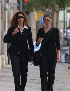 כנרת בראשי (משמאל) ואורלי רביבו בדרך להגשת התלונה נגד משה קצב, ב-25 בספטמבר 2006 (צילום: אוראל כהן/פלאש90)