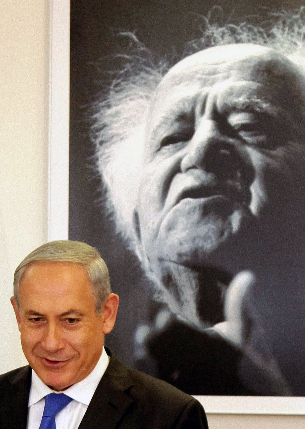 בנימין נתניהו על רקע דיוקנו של דוד בן-גוריון, ארכיון, 2013 (צילום: Edi Israel/POOL/Flash90)