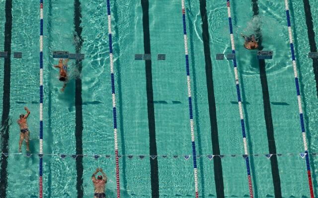 שחיינים בבריכת גורדון בתל אביב, 11 בספטמבר 2014 (צילום: מרים אלסטר, פלאש 90)