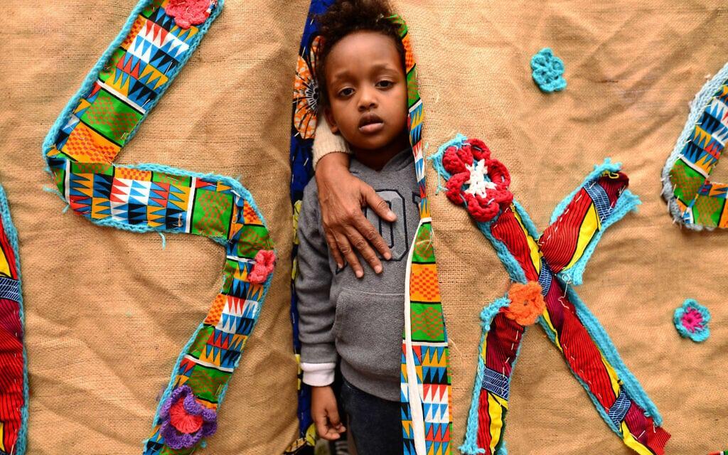 אילוסטרציה, ילד משתתף במחאת מבקשי המקלט נגד הכוונה לגרשם, ארכיון, 2018, למצולם אין קשר לנאמר (צילום: Tomer Neuberg/Flash90)