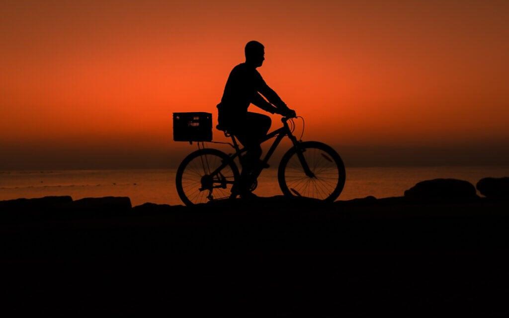 אילוסטרציה, רוכב אופניים בתל אביב (צילום: Mila Aviv/FLASH90)