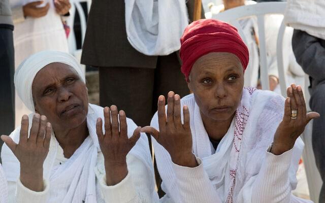אמו של אברה מנגיסטו בחג הסיגד, 27 בנובמבר 2019 (צילום: אוליבייה פיטוסי/פלאש90)