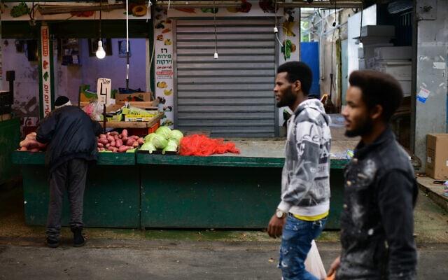 אילוסטרציה, שוק התקווה בדרום תל אביב שומם בעידן הקורונה, מרץ 2020, למצולמים אין קשר לנאמר (צילום: Tomer Neuberg/Flash90)