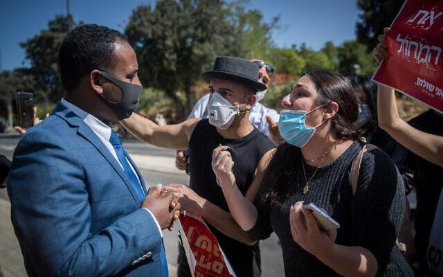 גדי יברקן עם מפגינים שנפגעו כלכלית במגפת הקורונה מחוץ לכנסת, ב-4 במאי 2020 (צילום: יונתן זינדל/פלאש90)