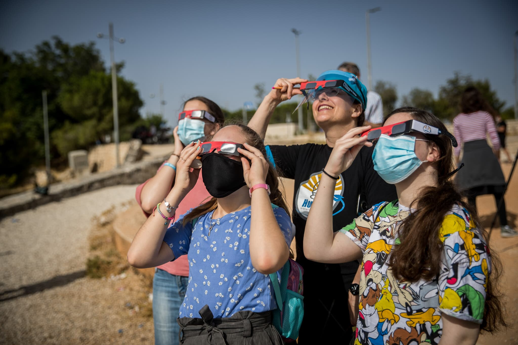 צפייה בליקוי חמה חלקי מעל ירושלים, יוני 2020 (צילום: Yonatan Sindel/Flash90)