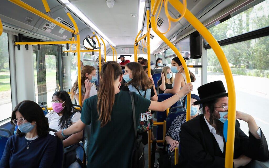 אוטובוס בירושלים בעידן הקורונה, יוני 2020, למצולמים אין קשר לנאמר (צילום: Yossi Zamir/Flash90)