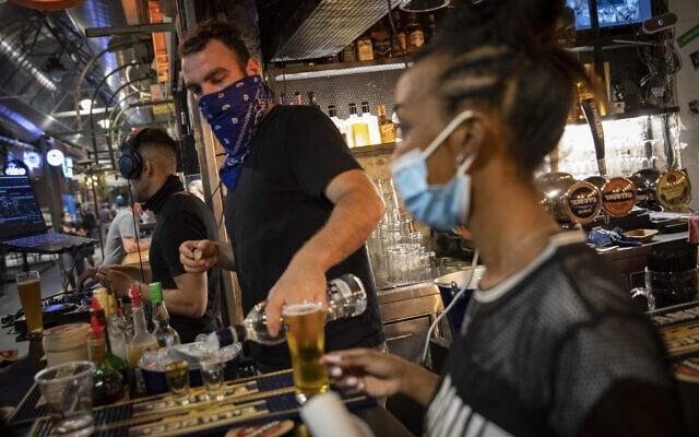 אילוסטרציה, בר של מסעדה בירושלים לפני הסגר האחרון, יולי 2020, למצולמים אין קשר לנאמר בכתבה (צילום: Olivier Fitoussi/Flash90)