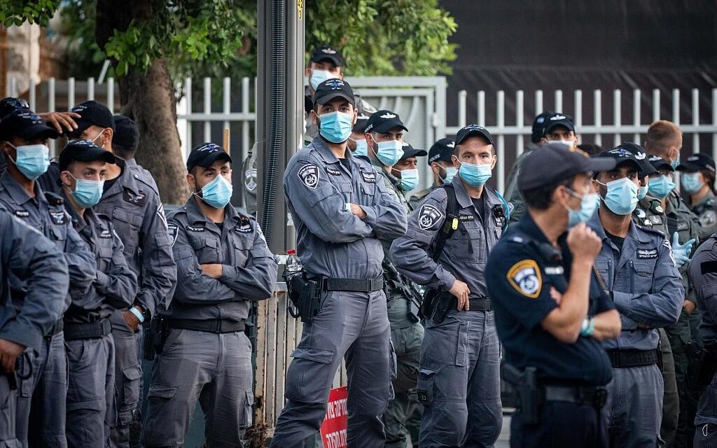 שוטרים עומדים בהיכון במתחם בלפור במהלך ההפגנות שם, ב-17 ביולי 2020 (צילום: יונתן זינדל/פלאש90)