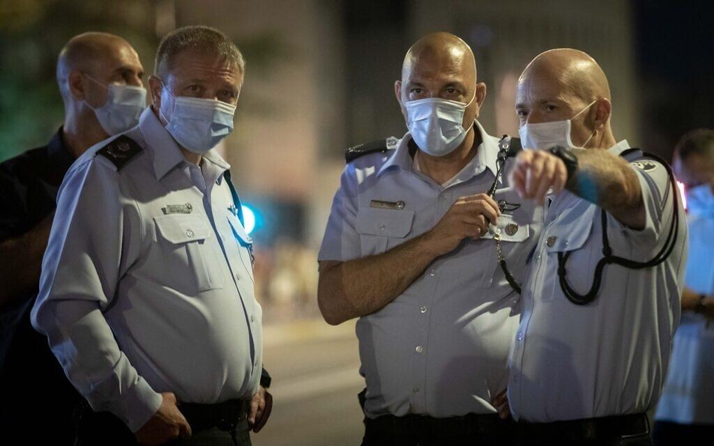"""מ""""מ המפכ""""ל מוטי כהן (משמאל) ומפקד מחוז ירושלים דורון ידיד (מימין) במתחם בלפור במהלך ההפגנות שם, ב-1 באוגוסט 2020 (צילום: יונתן זינדל/פלא90)"""