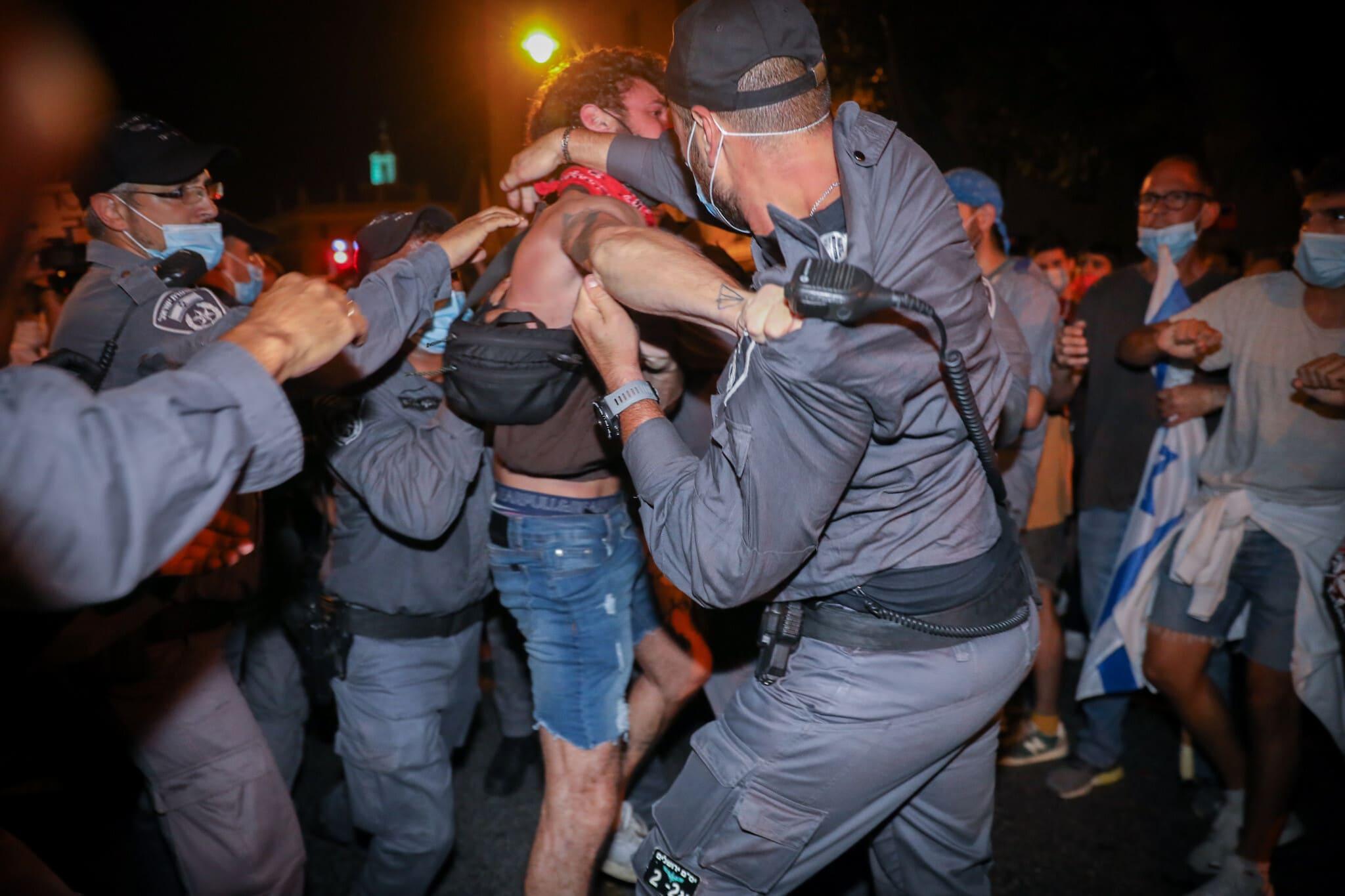סתיו שומר נעצר על ידי שוטרים בהפגנה בבלפור, ב-22 באוגוסט 2020 (צילום: נועם רבקין פנטון/פלאש90)