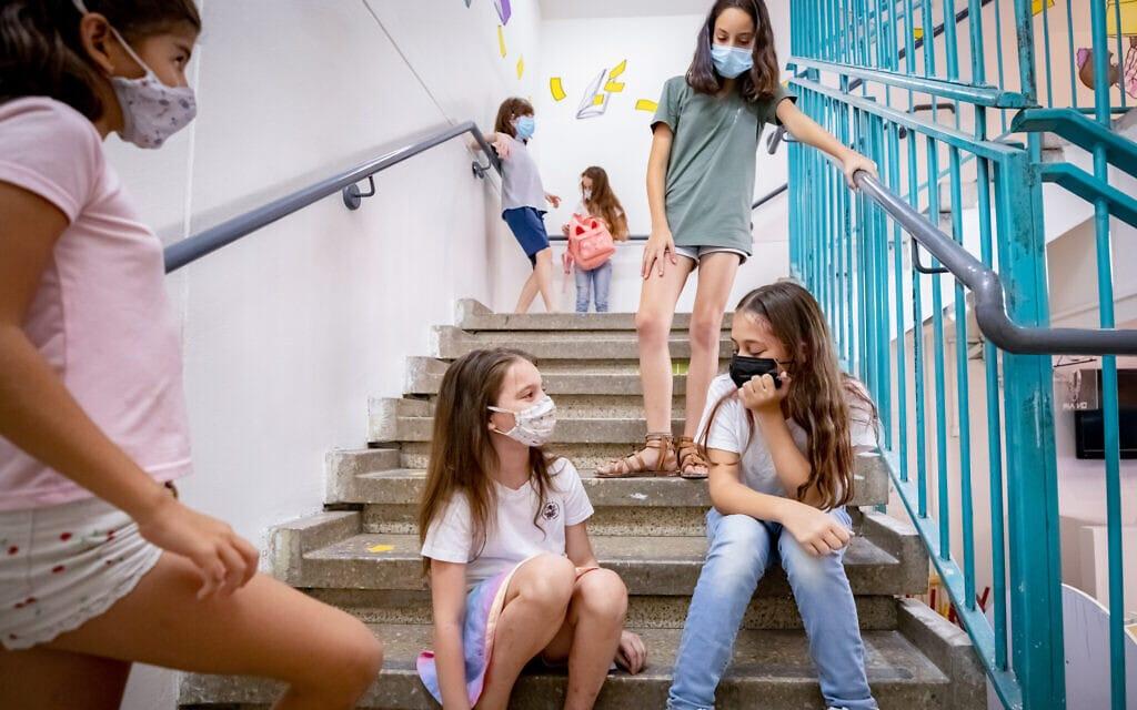 אילוסטרציה של תלמידים ישראליות עם מסיכה בזמן קורונה (צילום: Chen Leopold/FLASH90)