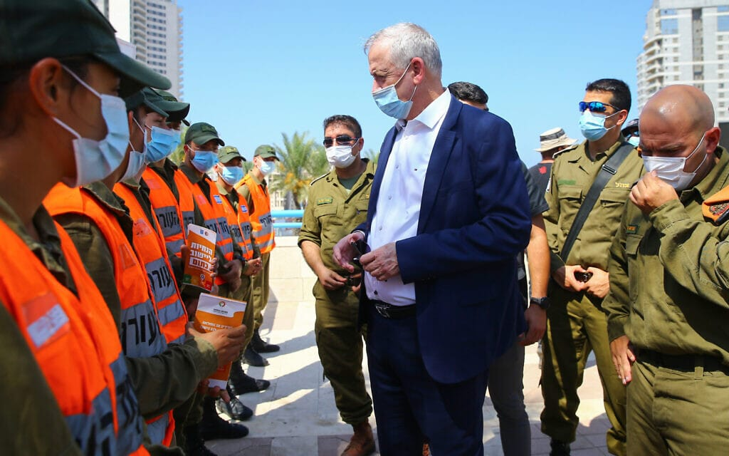 שר הביטחון בני גנץ נפגש עם אנשי פיקוד העורף בעת הקורונה, ספטמבר 2020 (צילום: FLASH90)