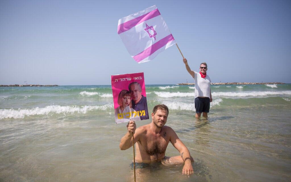 הפגנה נגד בנימין נתניהו בחוף הים של תל אביב, ספטמבר 2020 (צילום: Miriam Alster/Flash90)