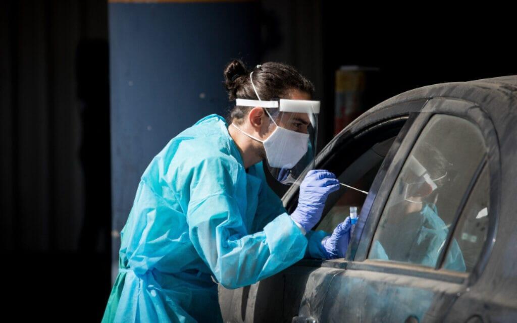 אשת המרכז הרפואי שערי צדק מבצעת בדיקת קורונה, 30 בספטמבר 2020 (צילום: נתי שוחט, פלאש 90)