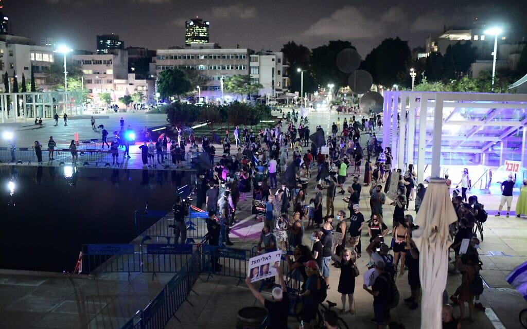 מפגינים נגד נתניהו בככר הבימה בתל אביב, 1 באוקטובר 2020 (צילום: תומר נויברג / פלאש 90)