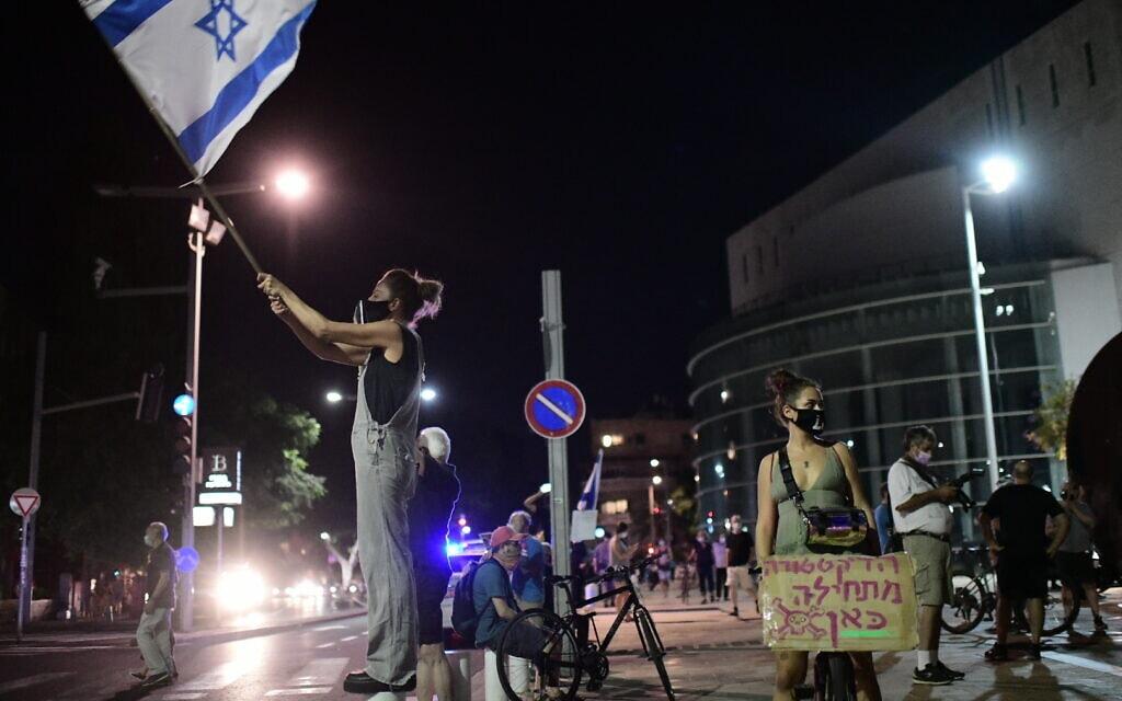 מפגינים נגד נתניהו וההגבלות על ההפגנות, בככר הבימה בתל אביב, 1 באוקטובר 2020 (צילום: תומר נויברג / פלאש 90)