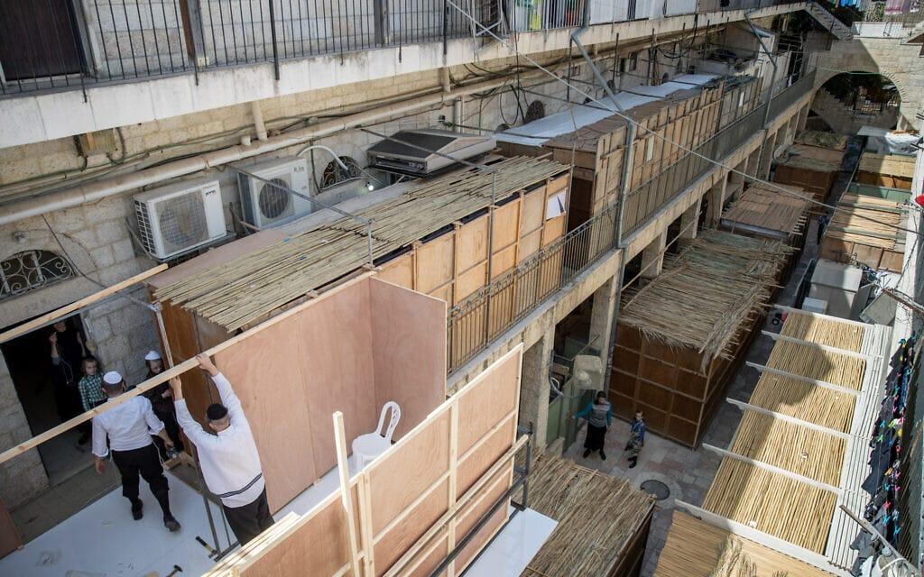 בונים סוכות במאה שערים, 1 באוקטובר 2020 (צילום: יונתן סינדל / פלאש 90)