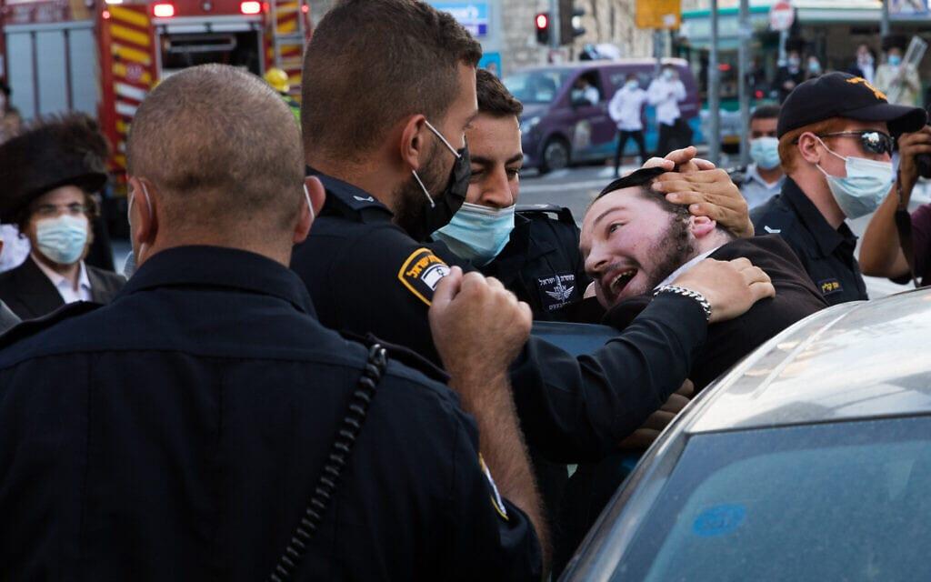 עימותים בין שוטרים למפגינים במאה שערים בירושלים, 4 באוקטובר 2020 הפגנה מאה שערים כיכר השבת נגד מסיכות חרדים מפגינים (צילום: נתי שוחט/פלאש90)