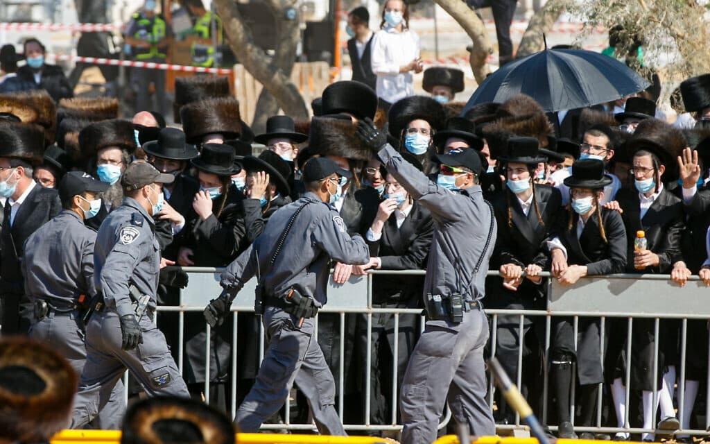 """המשטרה מרחיקה מתאבלים חרדים בהלוויית האדמו""""ר מפיטסבורג, הרב מרדכי לייפר, באשדוד. 5 באוקטובר, 2020 (צילום: פלאש90)"""