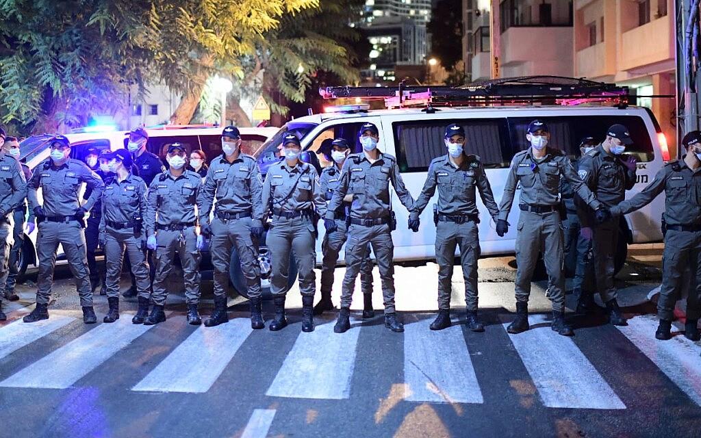 שוטרים יוצרים מחסום בתל אביב כדי לא לאפשר למפגינים לצאת לתהלוכה, 6 באוקטובר 2020 (צילום: תומר נויברג/פלאש90)