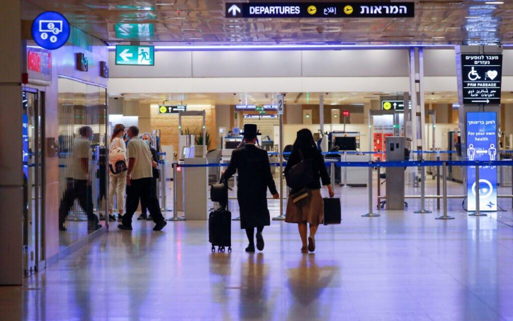 נמל התעופה בן-גוריון, 12 באוקטובר 2020; אין קשר בין המצולמים לדיווח (צילום: אוליבייה פיטוסי, פלאש 90)