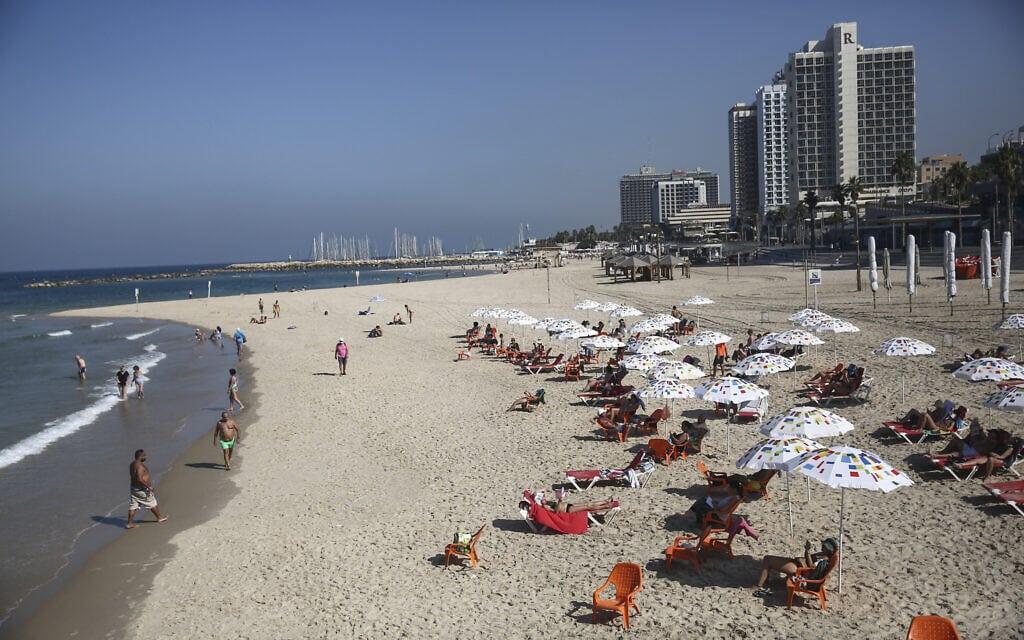"""חוף הים של תל אביב נפתח לרחצה אחרי הסגר של הגל השני, 18 באוקטובר 2020 (צילום: חיים צח / לע""""מ)"""