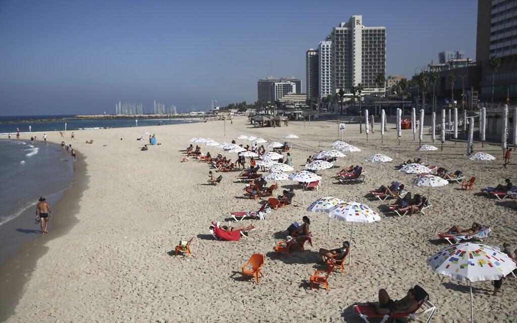 חוף הים בתל אביב נפתח לרחצה אחרי הסגר של הגל השני, 18 באוקטובר 2020 (צילום: מרים אלסטר / פלאש 90)