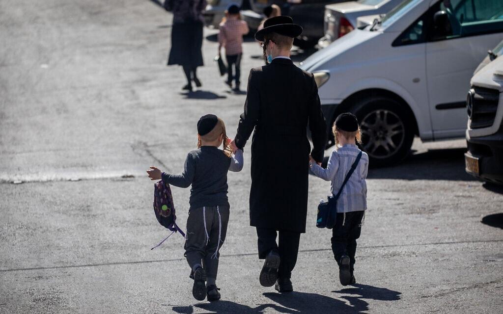 ילדים חרדים חוזרים הביתה בירושלים מתלמוד תורה, ב-18 באוקטובר 2020 (צילום: יונתן זינדל/פלאש90)