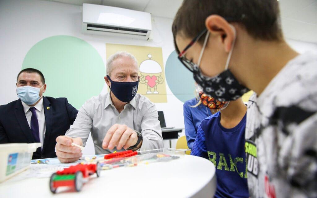 שר החינוך יואב גלנט וראש עיריית צפת שוקי אוחנה במפגש עם תלמידים בעיר, 27 באוקטובר 2020 (צילום: דוד כהן, פלאש 90)