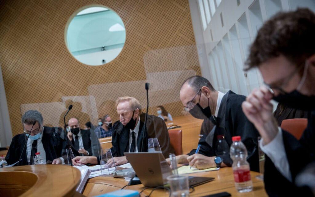 """עורכי הדין יובל יועז ואליעד שרגא בדיון בבג""""ץ בעתירה נגד ממשלת החילופים, 27 באוקטובר 2020 (צילום: יונתן זינדל, פלאש 90)"""