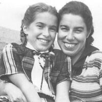פרנסי רבינק ובתה הלן אפשטיין, ניו יורק, בסביבות שנות ה-50 (צילום: באדיבות הלן אפשטיין)