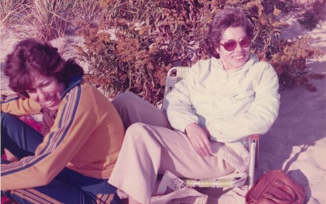 הלן אפשטיין ואמה פרנסי רבינק אפשטיין, 1974 (צילום: באדיבות הלן אפשטיין)