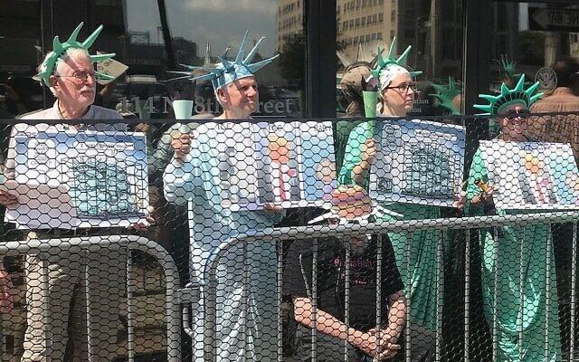 כמה מחברי ElderWitness וחברים מפגינים מול משרדי סוכנות אכיפת המכס וההגירה בפילדלפיה. הרב יושב ביניהם (צילום: באדיבות הרב ארתור וסקו, באמצעות סוכנות הידיעות היהודית)