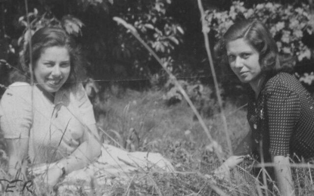 פרנסי רבינק (משמאל) ובת דודתה קיטי בצלה, גרמניה, לאחר שחרורן מברגן-בלזן, יולי 1945 (צילום: באדיבות הלן אפשטיין)