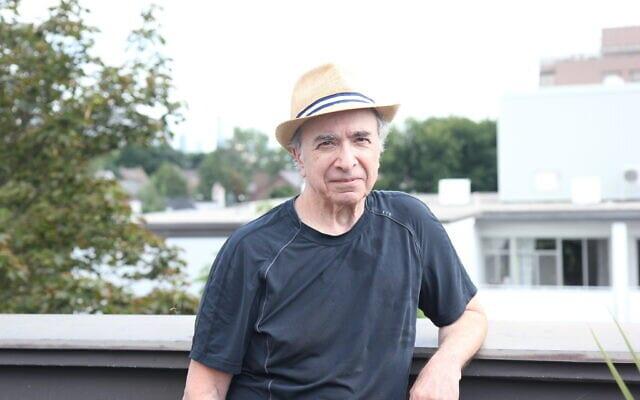 """מייקל פוזנר, מחבר """"לאונרד כהן, סיפורים שלא סופרו"""", על מרפסת גג הבניין שבו הוא מתגורר במרכז טורונטו, 21 באוגוסט 2020 (צילום: עטיה סרנר)"""