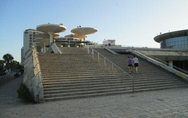 """המדרגות המפורסמות בכיכר אתרים ב-2015 (צילום: ד""""ר אבישי טייכר, פיקיויקי)"""