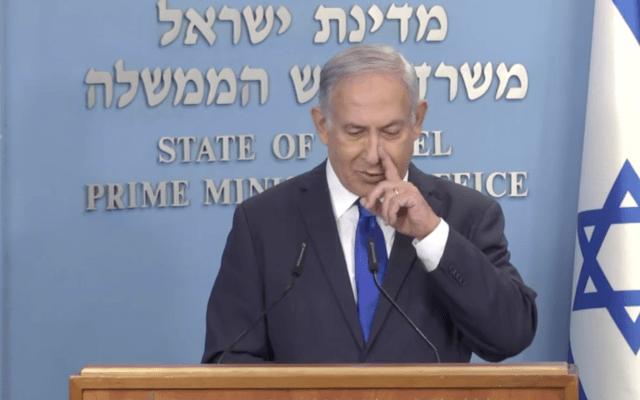 נאום ראש הממשלה ב-17 באוקטובר. בדקה 13:01 נתניהו נוגע באף (צילום מסך)