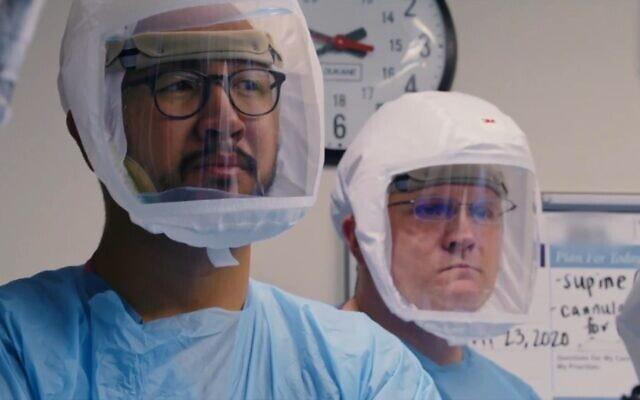 """צוות רפואי לבוש בציוד מגן אישי בסרט התיעודי """"לגמרי תחת שליטה"""" (צילום: באדיבות Neon)"""
