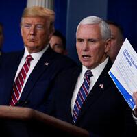 נשיא ארצות הברית דונלד טראמפ מקשיב לדברי סגן הנשיא מייק פנס במהלך תדרוך של צוות המשימה למאבק בקורונה בבית הלבן בוושינגטון, 20 במרץ 2020 (צילום: AP/Evan Vucci)