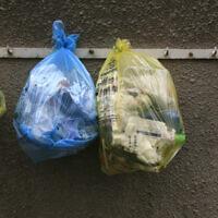 אילוסטרציה, הפרדת פסולת ביתית בשקיות פלסטיק מהסופר, לקראת מיחזורה (צילום: Nati Shohat / Flash 90)